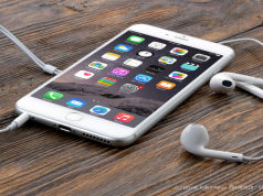 iPhone 6 mit Kopfhörern auf einem Tisch liegend