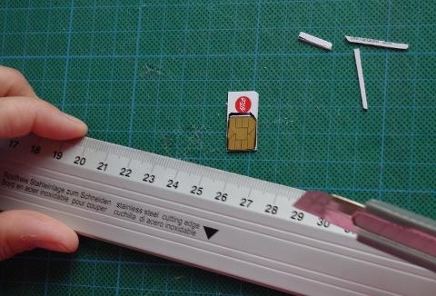Mit Lineal und scharfem Messer den Plastikrand abschneiden