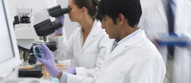 Sandoz HACk: Gesundheitswettbewerb Forscher im Labor (c) Sandoz